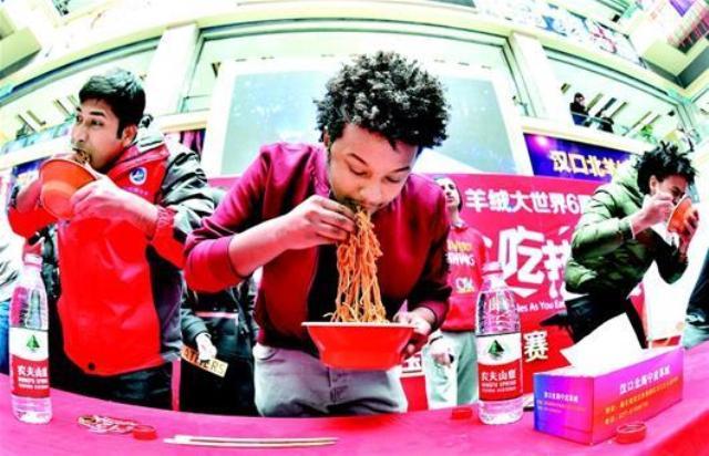 อู่ฮั่นจัดแข่งขันชาวต่างชาติ กินบะหมี่แห้งเกือบครึ่งกิโลฯ