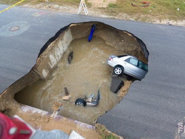 สลด! เกิดหลุมยุบยักษ์บนถนนในรัฐเทกซัส รถดิ่งหลายคัน-คร่าชีวิต 1 ศพ