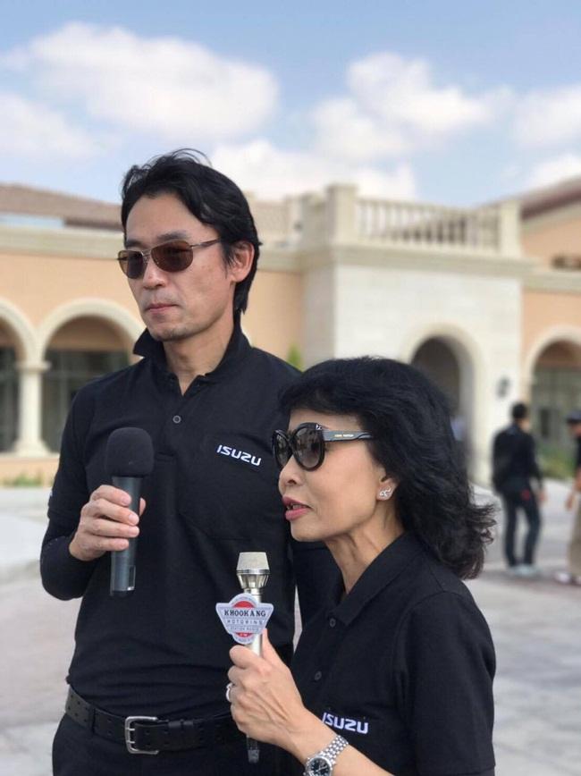 นายโทชิอากิ มาเอคาวะ(ซ้าย) และนางปนัดดา เจณณวาสิน (ขวา) กรรมการรองผู้จัดการ  บริษัท ตรีเพชรอีซูซุเซลส์ จำกัด