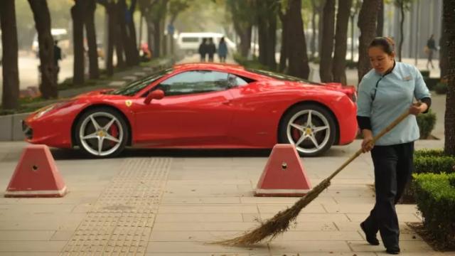 """ขนหน้าแข้งไม่ร่วง! เศรษฐีจีนไม่หวั่นรัฐบาลรีดภาษี """"รถหรู"""" เพื่อลดความฟุ้งเฟ้ออวดรวย"""