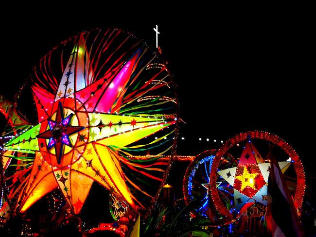 """ตื่นตาตื่นใจ!!! ไฟศรัทธาหลากแสงสี ในประเพณี""""แห่ดาวคริสต์มาส"""" จ.สกลนคร"""