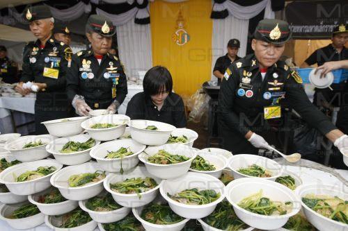พระเจ้าอยู่หัวโปรดเกล้าฯพระราชทานอาหารแก่ ปชช.ที่มากราบสักการะพระบรมศพในหลวง ร.๙