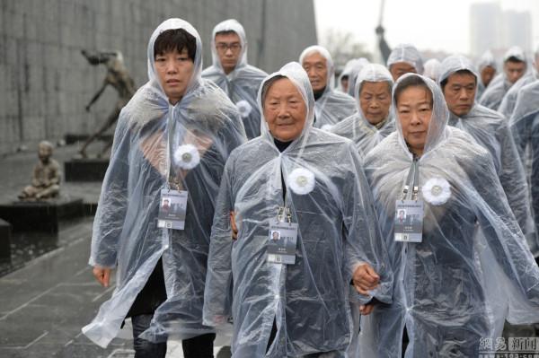 ประชาชนจีน ร่วมพิธีรำลึกโศกนาฏกรรมสังหารหมู่นานกิง (ภาพหวั่งอี้ สื่อจีน)