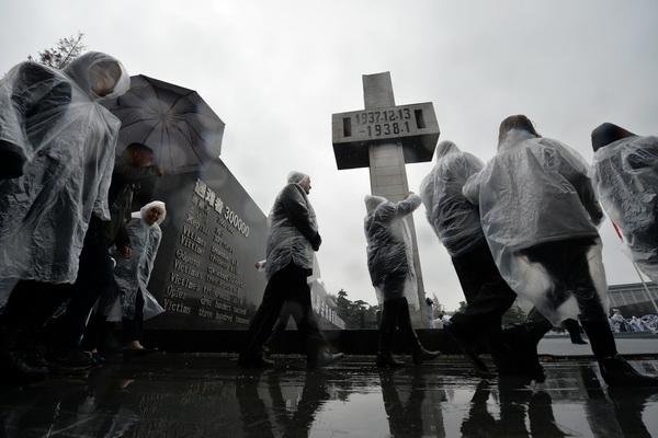 ประชาชนจีน ร่วมพิธีรำลึกโศกนาฏกรรมสังหารหมู่นานกิง (ภาพรอยเตอร์ส)