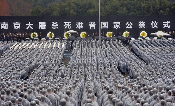 มหาชนหลั่งไหลเข้าร่วมพิธีรำลึกโศกนาฏกรรมสังหารหมู่นานกิง (ภาพหวั่งอี้ สื่อจีน)