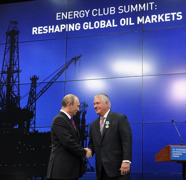 <i>ภาพจากแฟ้มถ่ายเมื่อวันที่ 21 มิถุนายน 2013 ขณะประธานาธิบดีวลาดิมีร์ ปูติน แห่งรัสเซีย (ซ้าย) จับมือกับ เร็กซ์ ทิลเลอร์สัน ซีอีโอของเอ็กซ์ซอน-โมบิล ในงานมอบเครื่องราชอิสริยาภรณ์รัสเซียให้แก่พวกผู้นำและพนักงานของบริษัทใหญ่ในภาคพลังงาน ณ นครเซนต์ปิเตอร์สเบิร์ก ของแดนหมีขาว   ทั้งนี้การที่ทิลเลอร์สันสนิทชิดเชื้อกับรัสเซียและปูติน กำลังกลายเป็นจุดอ่อนที่ถูกวิจารณ์แรงเมื่อเขาได้รับเสนอชื่อเป็นรัฐมนตรีต่างประเทศสหรัฐฯ </i>