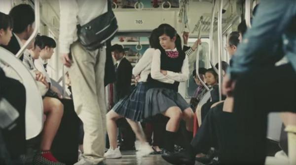 ดรามาบังเกิด เมื่อ 2 นักเรียนสาวญี่ปุ่นแย่งที่นั่งบนรถไฟ (ชมคลิป)