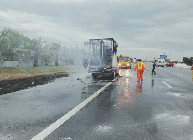 ระทึกเกิดเหตุแก๊สรั่วไฟไหม้รถยนต์เก็บยาครึ่ง ชม.วอดทั้งคัน