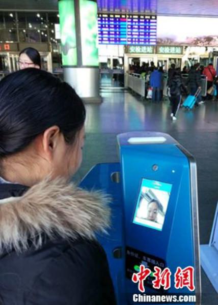 ไฮเทคได้อีก! สถานีรถไฟจีนใช้ระบบสแกนใบหน้าตรวจตั๋วอัตโนมัติ รองรับคลื่นมหาชนเดินทางกลับบ้านฉลองตรุษจีน (ชมภาพ)