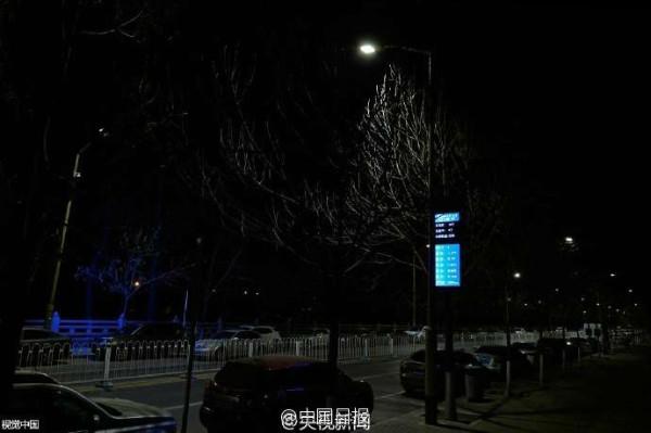 หน้าจอแสดงผลตรวจจับค่ามลพิษทางอากาศ วัดอุณหภูมิและความเร็วลม  (ภาพจงกั๋วรื่อเป้า สื่อจีน)