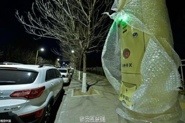 ช่องสำหรับบริการชาร์จไฟฟ้าสำหรับรถมอเตอร์ไซค์ไฟฟ้าที่ไฟหมด (ภาพจงกั๋วรื่อเป้า สื่อจีน)