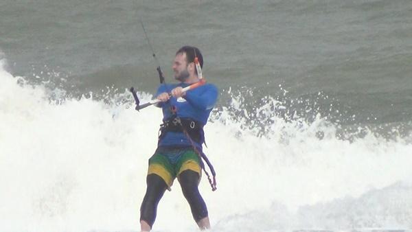 หาดปราณบุรีคลื่นลมแรง นักท่องเที่ยวแห่เล่นไคท์บอร์ดคึกคัก
