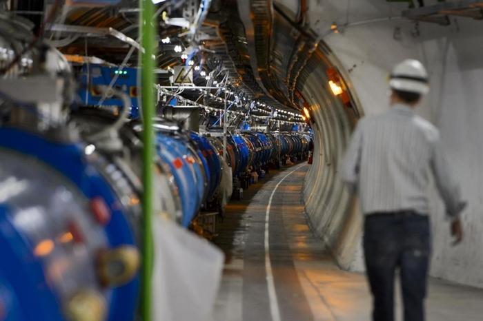 ภายในอุโมงค์เครื่องเร่งอนุภาคแอลเอชซี (LHC) ของเซิร์น (AFP Photo/Fabrice Coffini)