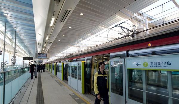 """""""รถไฟใต้ดินไร้คนขับ""""  ขบวนแรกที่ใช้เทคโนโลยีซึ่งพัฒนาโดยจีนและผลิตโดยจีน (ภาพกวนฉา สื่อจีน)"""