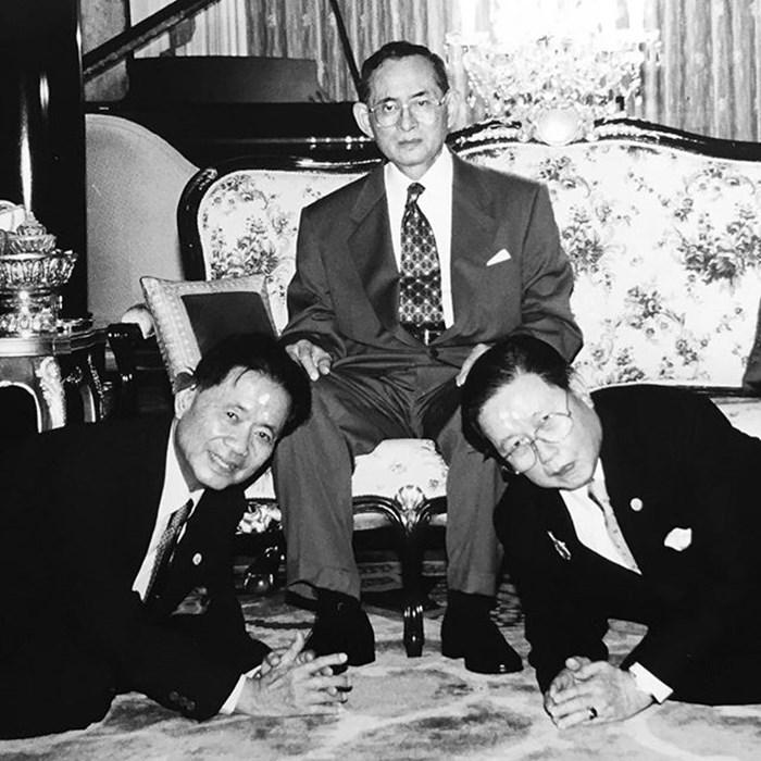 พ่อ มรว.ยงสวาสดิ์ และพ่อสามี จำนงค์ ภิรมย์ภักดี เกิดวันเดียวกัน รับพระราชน้ำมหาสังฆ์ cr.ภาพจากอินสตาแกรม @piyapas