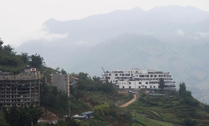 <br><FONT color=#000033>นักท่องเที่ยวที่มากขึ้น งานก่อสร้างโรงแรมที่พักก็เพิ่มขึ้นเป็นเงาตามตัวเพื่อรองรับความต้องการ. --  Agence France-Presse/Hoang Dinh Nam.</font></b>