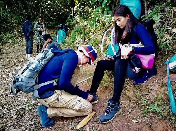 """ไม่รัก...ไม่ทำให้!! """"หลุยส์ สก็อต"""" ก้มลงผูกเชือกรองเท้าสาว """"นุ่น""""โชว์หวานกลางป่า"""
