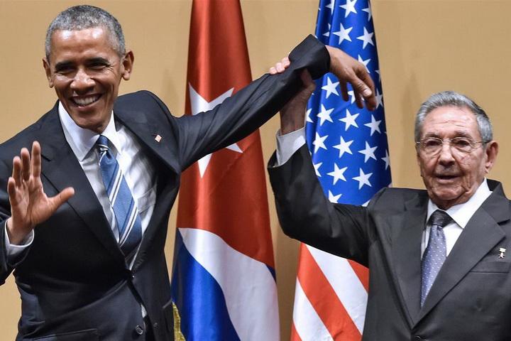 ประธานาธิบดี ราอูล คาสโตร ยกมือซ้ายของประธานาธิบดี บารัค โอบามา ขึ้นจนกลายเป็นภาพที่น่าขบขัน ขณะแถลงข่าวร่วมกันที่กรุงฮาวานา