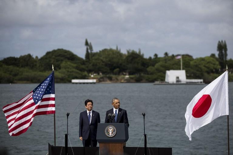ประธานาธิบดี บารัค โอบามา แห่งสหรัฐฯ และนายกรัฐมนตรี ชินโซ อาเบะ แห่งญี่ปุ่น กล่าวคำแถลงร่วมบริเวณท่าเรือคิโล ฐานทัพร่วมอ่าวเพิร์ล-ฮิกแคม เมื่อวันที่ 27 ธ.ค.