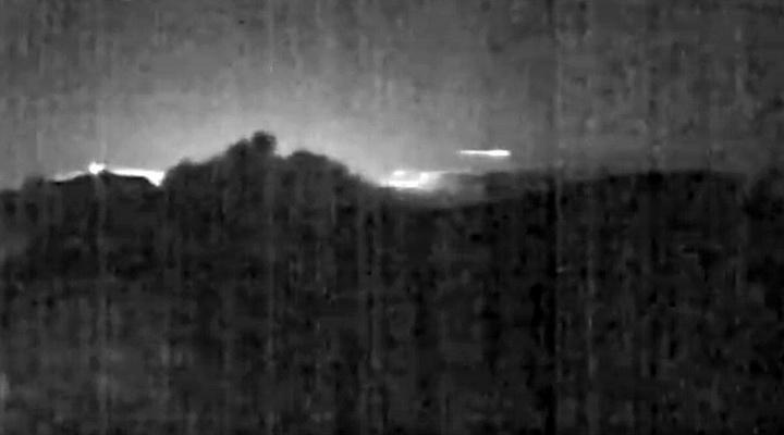 เหตุการณ์หาดูยาก!! อุกกาบาตพุ่งผ่านภูเขาไฟที่กำลังปะทุในคอสตาริกา (ชมคลิป)