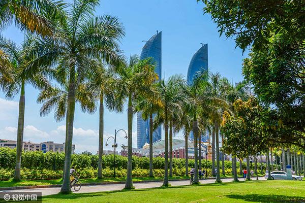 อันดับ 6 ฝูเจี้ยน 48,000 คน - ซื่อเม่า เอ็มโอ สกาย แมนชั่น (Shimao MO Sky Mansion) สถาปัตยกรรมโดดเด่นของเมืองซย่าเหมิน ตั้งอยู่ด้านหลังแถวต้นไม้ในมณฑลฝูเจี้ยนทางจีนตะวันออก วันที่ 7 มิ.ย. 2559