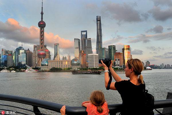 อันดับ 3 เซี่ยงไฮ้ 205,000 คน - นักท่องเที่ยวชาวต่างชาติเก็บภาพมหานครเซี่ยงไฮ้ วันที่ 1 ส.ค. 2559