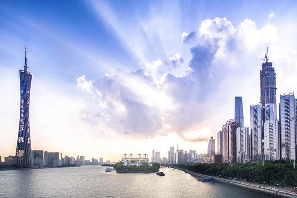 อันดับ 1 กวางตุ้ง 240,000 คน - หอคอยกวางเจา (ซ้าย) และเหล่าตึกสูงระฟ้าตั้งเรียงรายริมแม่น้ำจูเจียงในนครก่วงโจว (กวางเจา) มณฑลก่วงตง (กวางตุ้ง) ทางจีนตอนใต้ วันที่ 31 พ.ค. 2557