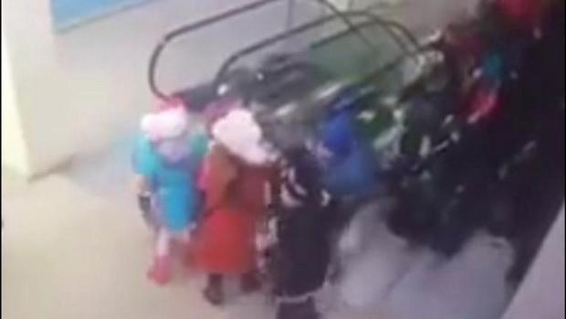 คลิปหวาดเสียว!นักเรียนรัสเซียตัวน้อยครึ่งร้อยล้มทับเกือบเหยียบกันตายคาบันไดเลื่อน