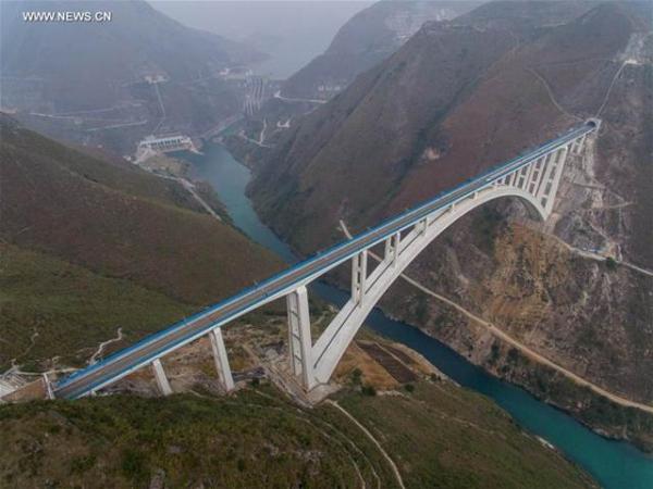 ภาพถ่ายทางอากาศขบวนรถไฟหัวกระสุนอัตราความเร็วสูง กำลังข้ามสะพานเป่ยพานเจียงในมณฑลกุ้ยโจว ขณะทำการทดลองวิ่งจากเซี่ยงไฮ้ ถึงคุนหมิง ระยะทาง 2,266 กิโลเมตร ภาพเมื่อวันที่ 16 ธ.ค.2559 (ภาพ ซินหวา)