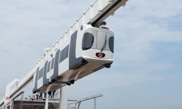 รถไฟแขวนขับเคลื่อนด้วยพลังแบตเตอรี่ลิเธียม โดยสามารถวิ่งได้ด้วยความเร็ว 60 กิโลเมตรต่อชั่วโมง (ภาพ ซินหวา)