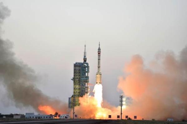 จรวดขนส่ง ลองมาร์ช หรือฉังเจิง 2-เอฟ (Long March 2F) กำลังขนส่งยานเสินโจว 11ที่มีมนุษย์อวกาศควบคุมฯ ทะยานขึ้นจากศูนย์ส่งยานอวกาศจิ่วเฉวียน กลางทะเลทรายโกบี ในมณฑลกันซู่ ในเช้าวันจันทร์ที่ 17 ต.ค. 2559 (ภาพ เอเอฟพี)