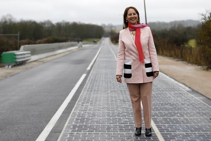 เซโกลีน รอยัล บนถนนสายโซลาร์เซลล์แห่งแรกของโลก (CHARLY TRIBALLEAU / AFP)