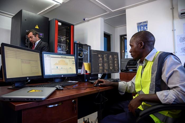 เจ้าหน้าที่ปฏิบัติงานในห้องควบคุมโรงไฟฟ้าพลังงานแสงอาทิตย์ (ISAAC KASAMANI / AFP)