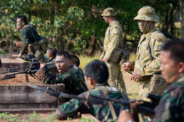<i>ภาพจากแฟ้มถ่ายเมื่อวันที่ 10 ตุลาคม 2014 และเผยแพร่โดยกองทัพออสเตรเลีย แสดงให้เห็นทหารออสเตรเลียฝึกทหารอินโดนีเซียเรื่องการโจมตีด้วยดาบปลายปืน ที่ศูนย์ฝึกในเมืองทุลลี ประเทศออสเตรเลีย  ทั้งนี้แดนอิเหนาประกาศระงับความร่วมมือทางทหาร รวมทั้งการซ้อมรบและการฝึกอบรม กับทางกองทัพออสเตรเลียตั้งแต่เดือนธันวาคมที่ผ่านมา </i>