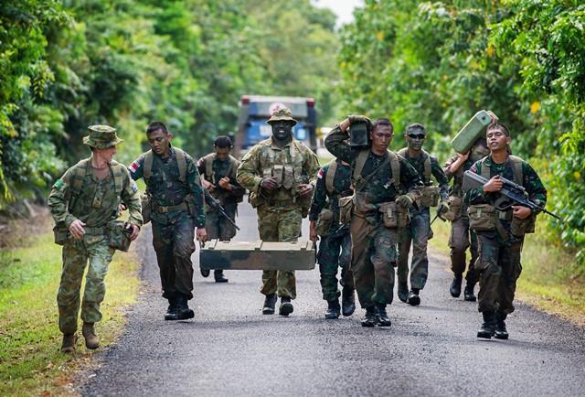 <i>ภาพจากแฟ้มถ่ายเมื่อวันที่ 10 ตุลาคม 2014 และเผยแพร่โดยกองทัพออสเตรเลีย แสดงให้เห็นทหารออสเตรเลียฝึกทหารอินโดนีเซีย ที่ศูนย์ฝึกในเมืองทุลลี ประเทศออสเตรเลีย </i>
