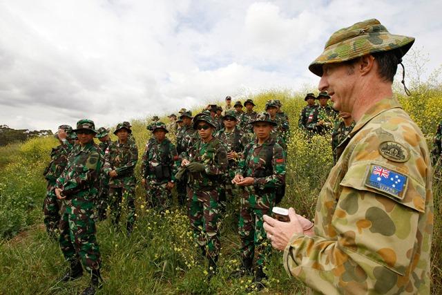 <i>ภาพจากแฟ้มถ่ายเมื่อวันที่ 18 กันยายน 2014 และเผยแพร่โดยกองทัพออสเตรเลีย ขณะที่ทหารออสเตรเลียบรรยายสรุปให้ทหารอินโดนีเซียฟัง ในระหว่างการซ้อมรบวีระชยะ 2014  (2014 Wira Jaya Exercise) ที่ค่ายทหารบกออสเตรเลียเอดินบะระ ในรัฐเซาท์ออสเตรเลีย </i>