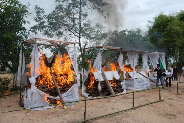 ญาติร่ำไห้! เผาแล้ว 4 ศพครอบครัวคนขับกระบะศรีสะเกษ เหยื่อรถตู้มรณะ 25 ศพ