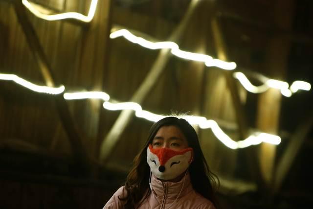 ผู้อาศัยในกรุงปักกิ่งต่างสวมหน้ากากป้องกันหมอกมลพิษ ภาพวันที่ 4-5 ม.ค. 2017  (ภาพ รอยเตอร์ส)