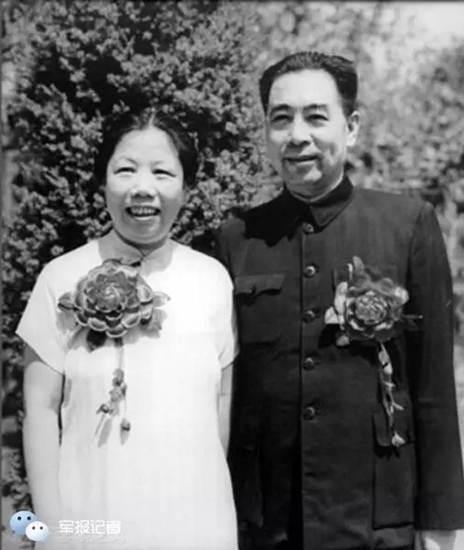 โจว เอินไหล กับเติ้ง อิ่งเชา ถ่ายภาพที่ระลึกกันในวาระครบรอบ 25 ปี ของการแต่งงานกัน