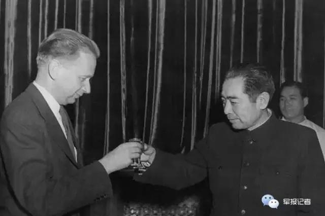 โจว เอินไหล กับเลขาธิการสหประชาชาติ Dag Hjalmar Agne Carl Hammarskjöld  ปี 1955