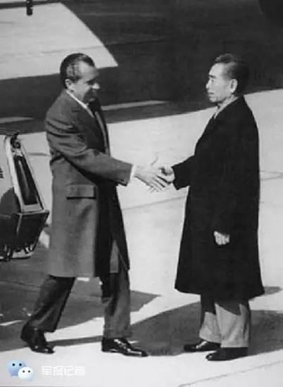 โจว เอินไหล เดือนก.พ. ปี 1972 ต้อนรับประธานาธิบดีริกชารืด นิกสันแห่งหสรัฐอเมริกา ที่สนามบิน นับเป็นครั้งแรกในประวัติศาสตร์อเมริกาที่ประธานาธิบดีมาเยือนต่างประเทศที่มิได้สถาปนาความสัมพันธ์ทางการทูตกัน