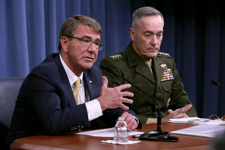 แอชตัน คาร์เตอร์ รัฐมนตรีกลาโหมสหรัฐฯ (ซ้าย) ตั้งโต๊ะแถลงข่าวร่วมกับ พล.ร.อ. โจเซฟ ดันฟอร์ด ประธานเสนาธิการทหารร่วมสหรัฐฯ ที่ตึกเพนตากอน เมื่อวันที่ 10 ม.ค.