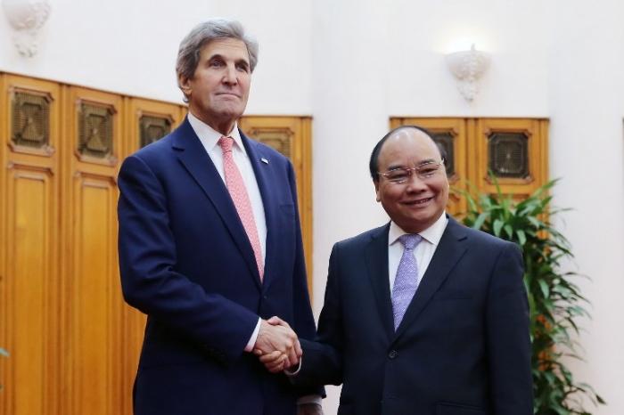 <br><FONT color=#000033>จอห์น แคร์รี่ รัฐมนตรีต่างประเทศสหรัฐฯ (ซ้าย) สัมผัสมือกับนายกรัฐมนตรีเหวียน ซวน ฟุก ของเวียดนาม ที่ทำเนียบรัฐบาลในกรุงฮานอย วันที่ 13 ม.ค. โดยแคร์รี่เดินทางเยือนเวียดนามเพื่อพบหารือกับเจ้าหน้าที่ระดับสูงและกล่าวสุนทรพจน์ถึงความสัมพันธ์ทวิภาคี ในการเยือนครั้งที่ 4 และครั้งสุดท้ายยังชาติที่เขาเคยร่วมรบในสมัยสงคราม. -- Agence France-Presse/Pool/Luong Thai Linh.</font></b>