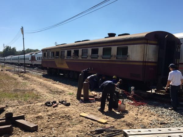 เดชะบุญ! ปลอกยึดล้อหลุดทำให้รถไฟเชียงใหม่-กรุงเทพฯ ตกรางห่างจากสถานีเพียง 100 เมตร ไร้คนเจ็บ