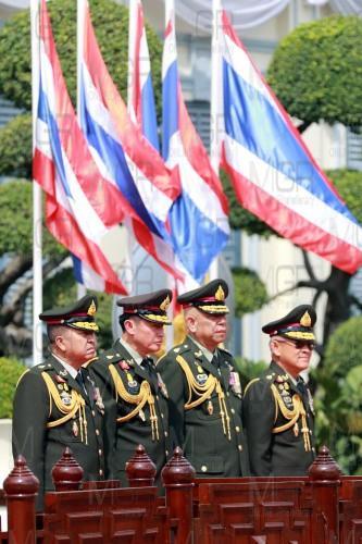 """""""บิ๊กตู่"""" สวมชุดทหารเป็น ปธ.ถวายราชสักการะ ร.5 วันกองทัพไทย """"ชัยสิทธิ์"""" โผล่ร่วม"""