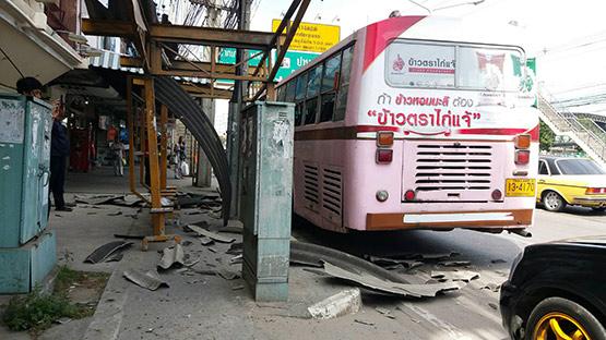 รถเมล์สาย 90 เบรกแตกหักหลบรถเก๋งไปชนเสาไฟฟ้า เจ็บ 2 ราย