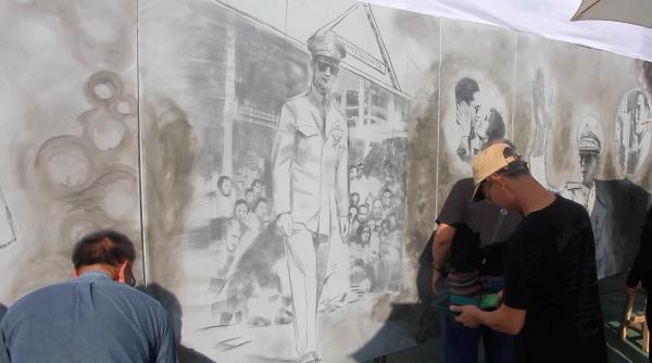 ศิลปินเชียงรายใช้ถ่านเถาวัลย์วาดภาพรำลึก ร.๙