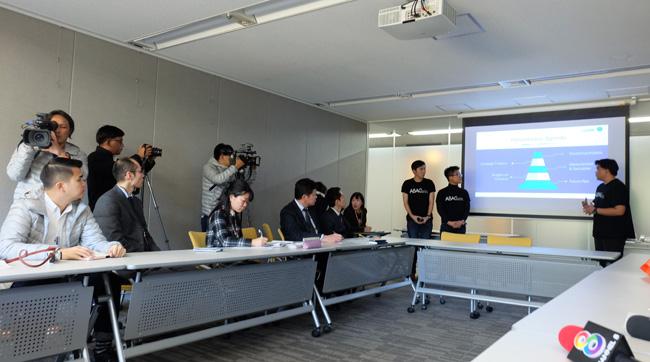 """นักศึกษา ทั้ง 4 คน พรีเซนต์โครงการ""""เซฟโคน เซฟคน ให้ผู้บริหารญี่ปุ่น ฟัง"""