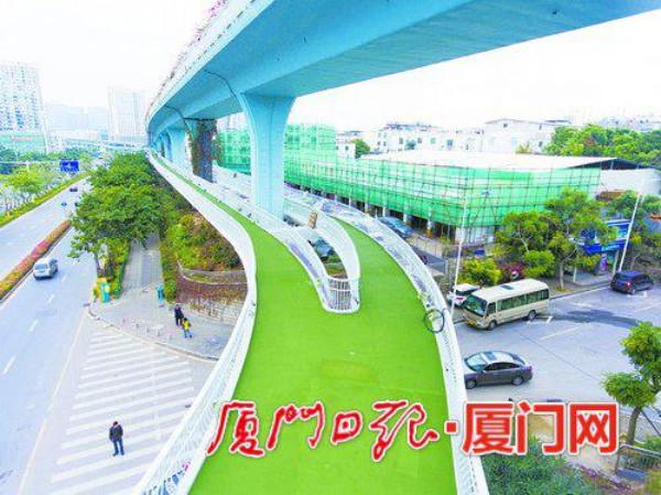 ทางยกระดับกว้าง 2.5 เมตร สร้างสูงกว่าพื้นถนนกว่า 5 เมตร  (ภาพเซี่ยเหมินหวั่ง)