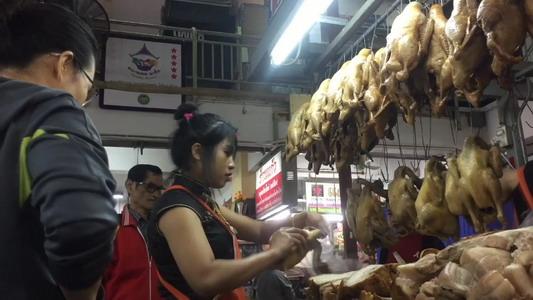 """ชาวไทยเชื้อสายจีนแน่นกาดหลวงเชียงใหม่ ซื้อข้าวของ """"วันจ่าย"""" เตรียมไหว้ตรุษจีน"""